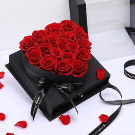 17 Rosas rojas preservadas en caja joyero formando un corazón. Regalo romántico para ella.