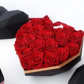 18 Rosas Rojas eternas en caja corazón de color blanco y dorada. Rosas de tacto natural y primera calidad.