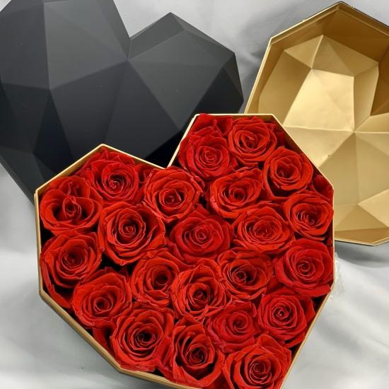 22 Rosas Rojas eternas en caja corazón de color blanco y dorada. Rosas de tacto natural y primera calidad.