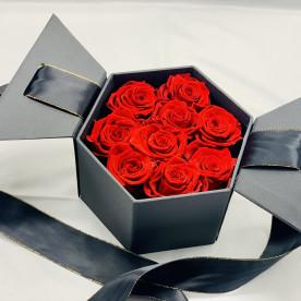 Rosas preservadas rojas en caja hexagonal negra y lazada. Listas para regalar en 24h.