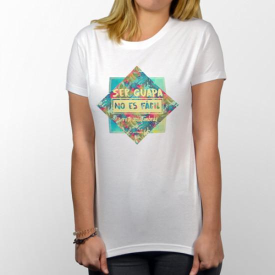Camiseta blanca de manga corta para chica muy guapa