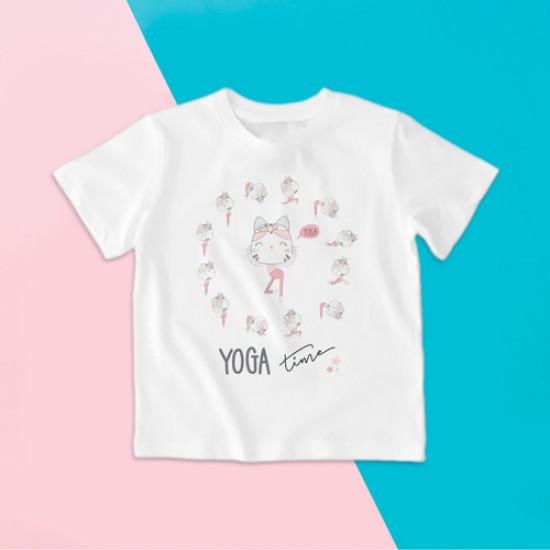 Camiseta para niña de manga corta con gatita haciendo varias posturas de Yoga