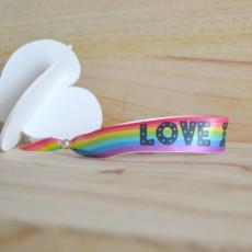 Pulsera de tela para que luzcas con orgullo, porque el amor está en todas partes