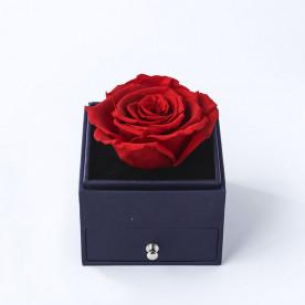 Rosa preservada roja en caja joyería con cajón para colocar el anillo de pedida, ideal para pedida de mano. Incluye tarjeta dedicatoria.